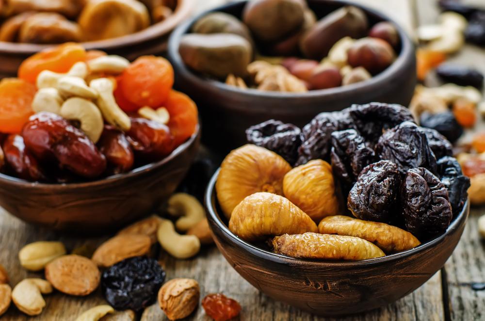 Variedade de frutas secas: damascos, nozes, ameixas, castanhas...