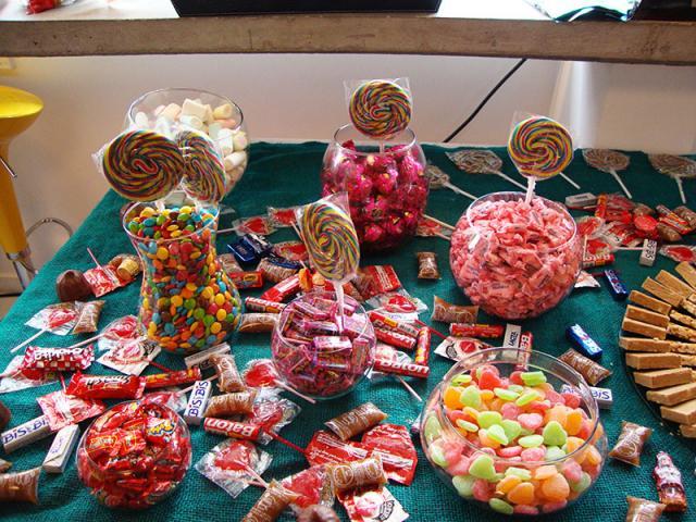 Mesa de doces coloridos