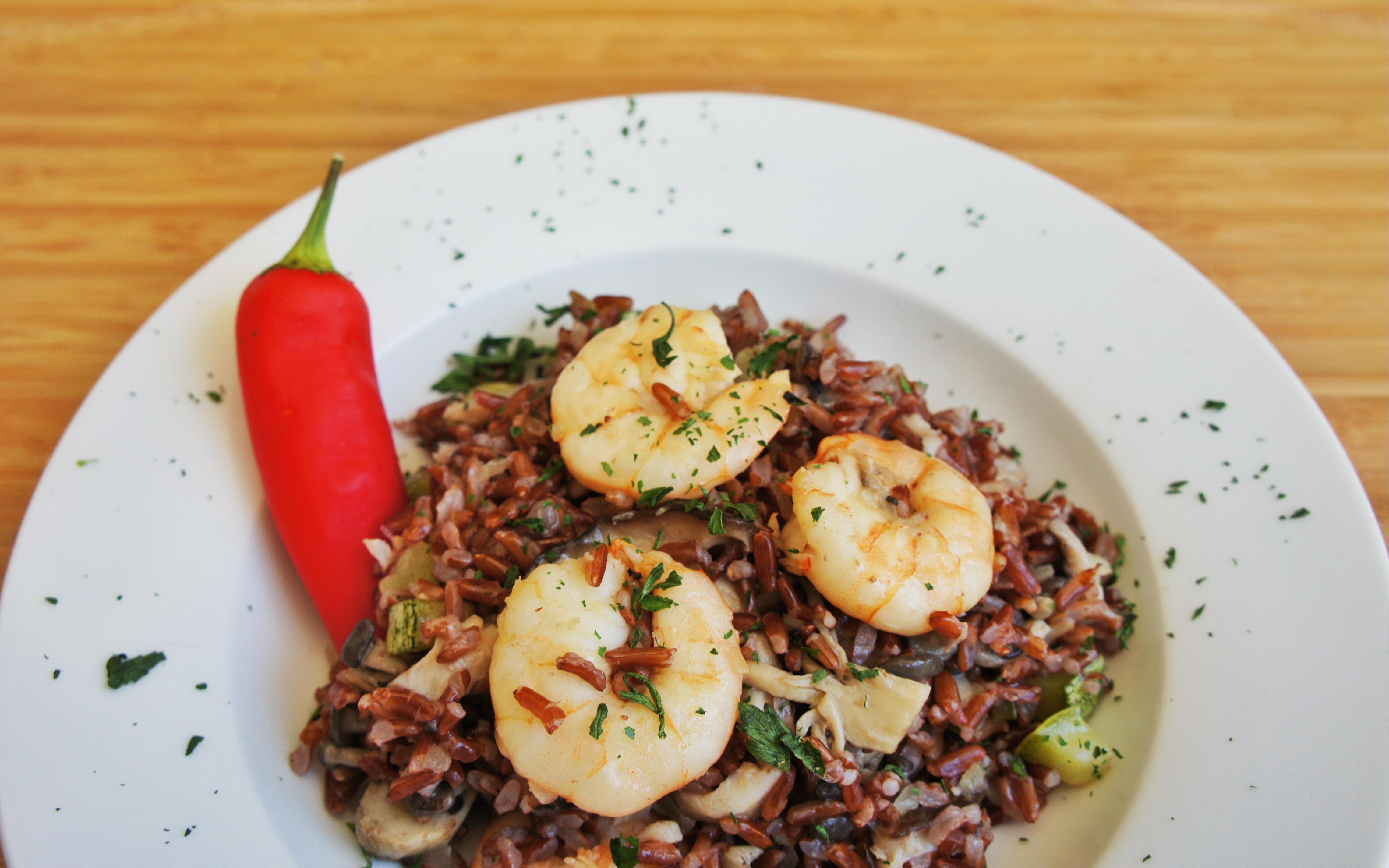 arroz vermelho com camarões