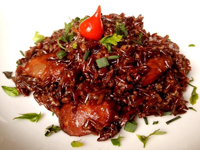 arroz vermelho com linguiça caramelizada