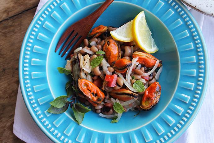 salada de feijão de corda com mexilhões