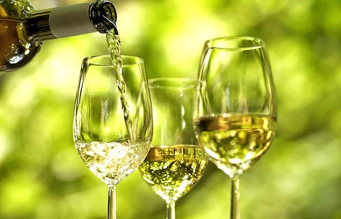 taças de vinho verde branco