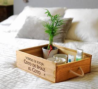caixa de vinho usada como bandeja
