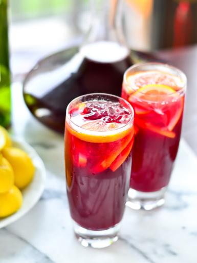 drink tinto de verano apresentado em dois copos altos