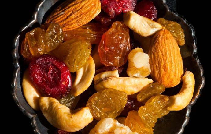 um pote contendo um mix de frutas secas e oleaginosas